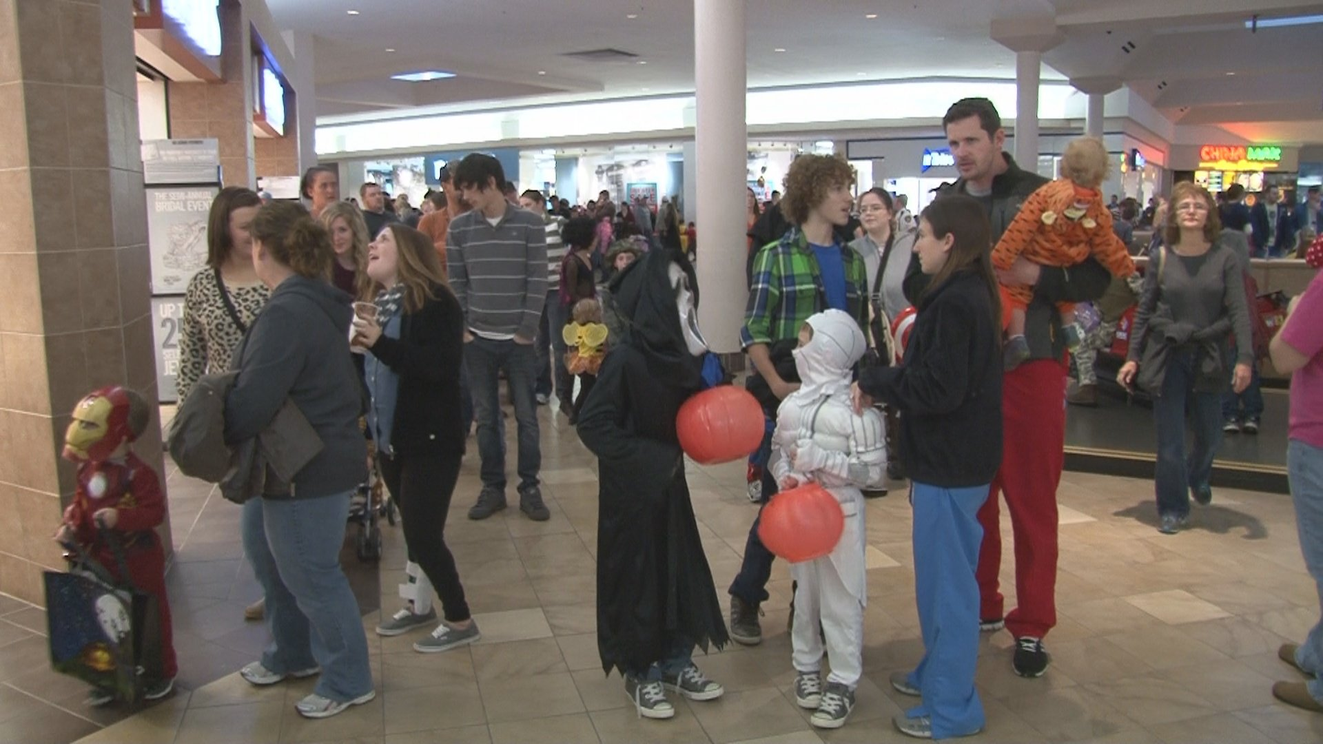 thousands attend ashland town center halloween - Halloween Stores In Huntington Wv
